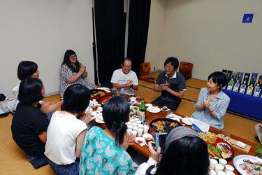 中央奥の白いTシャツの男性がもう1人の杜氏・佐々木宏さん。得意の唄を披露してくれました